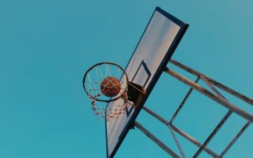 Basketball under blue sky (Photo by Mong Mong)